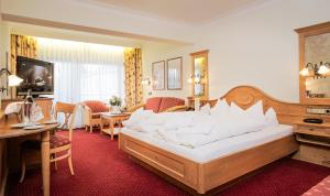 A bed or beds in a room at Wellness Privathotel Post an der Therme
