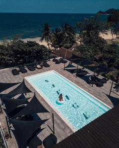 Ein Blick auf den Pool von der Unterkunft Savage Hostel Koh Tao oder aus der Nähe