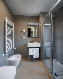 A bathroom at Hotel Excelsior Pavia