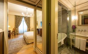 A bathroom at Pera Palace Hotel