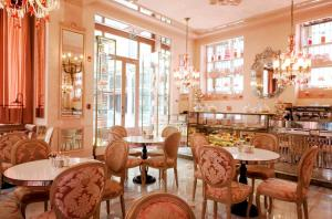 A restaurant or other place to eat at Pera Palace Hotel