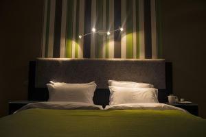 A bed or beds in a room at HOTEL L'EVENTAIL