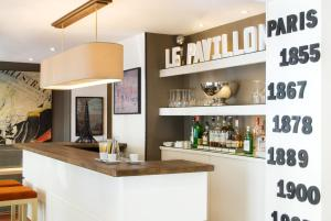 The lounge or bar area at Hôtel de l'Exposition - Tour Eiffel