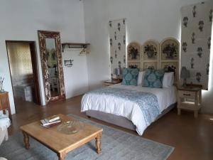 A bed or beds in a room at Calluna Vines Cottage