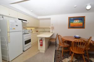 A kitchen or kitchenette at Karoonda 2