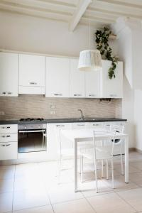 A kitchen or kitchenette at Duomo Apartment