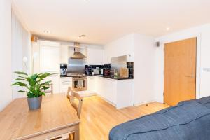 A kitchen or kitchenette at Modern Two Bedroom Apartment