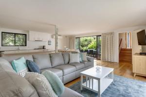 A seating area at Bridgewater Bay Beach House: hot tub spa & beach