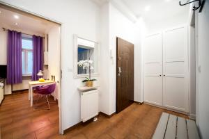 A television and/or entertainment centre at Very Berry - Garbary 27 - Apartament z balkonem, Old City, check in 24h