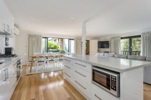 A kitchen or kitchenette at Bridgewater Bay Beach House: hot tub spa & beach