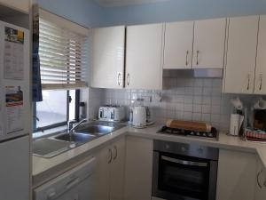 A kitchen or kitchenette at Narrabeen Beachside Townhouse
