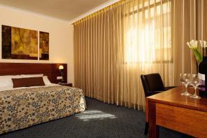 Een bed of bedden in een kamer bij Caesar Premier Jerusalem Hotel