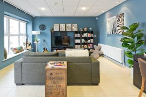 The lobby or reception area at Garden Lane Backpackers