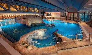 Der Swimmingpool an oder in der Nähe von Thermenhotel Ströbinger Hof