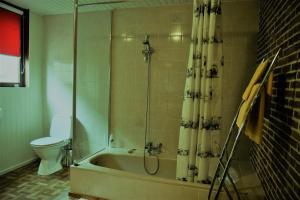 Ein Badezimmer in der Unterkunft Knokke-Guestroom, diervriendelijk en centraal in Knokke met gratis fietsgebruik!