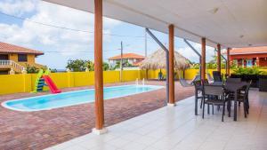 A piscina localizada em Finisterre Curaçao ou nos arredores