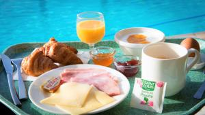 Breakfast options available to guests at Village Vacances de Ramatuelle