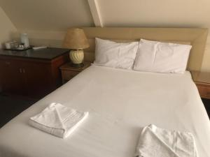 A bed or beds in a room at New Oscar