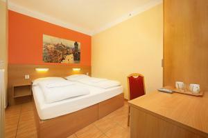 Postel nebo postele na pokoji v ubytování Basement Room Old Town