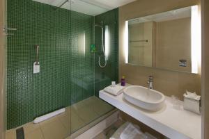 A bathroom at De Vere Orchard Hotel