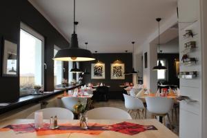 """Ein Restaurant oder anderes Speiselokal in der Unterkunft """"Frosch & Fisch"""""""