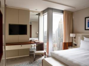 سرير أو أسرّة في غرفة في جميرا أبراج الإمارات