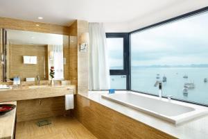 Salle de bains dans l'établissement Wyndham Legend Halong