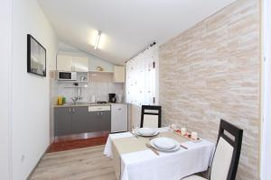 A kitchen or kitchenette at Rooms and Apartments Matosevic