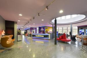 De lobby of receptie bij Designhotel + CongressCentrum Wienecke XI.