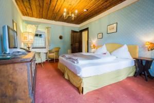 Ein Bett oder Betten in einem Zimmer der Unterkunft Hotel Schloss Leonstain