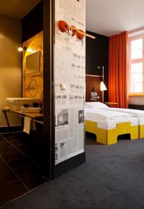 Ein Bett oder Betten in einem Zimmer der Unterkunft Superbude Hotel Hostel St.Pauli