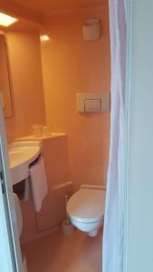 A bathroom at Premiere Classe Deauville Touques