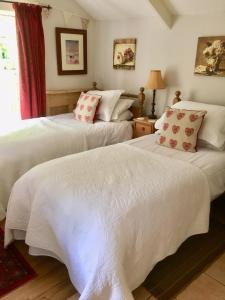 A bed or beds in a room at Culloden Farmhouse