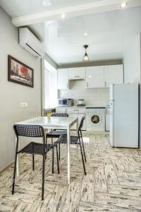A kitchen or kitchenette at Apartment Perekopska st.
