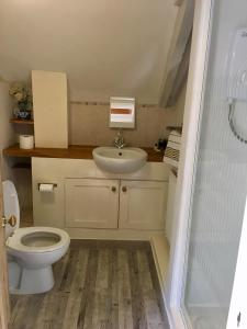 A bathroom at Culloden Farmhouse