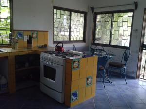 A kitchen or kitchenette at House of the Rising Wave (Casa Ola Creciente)