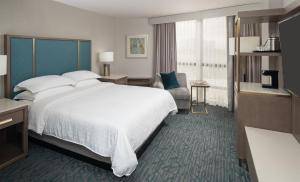 A bed or beds in a room at Sheraton Dallas Hotel by the Galleria