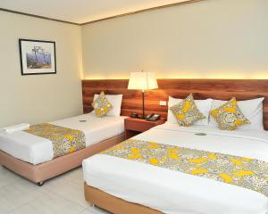 A bed or beds in a room at Hotel Kimberly Manila