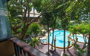 Vue sur la piscine de l'établissement Aonang Princeville Villa Resort & Spa ou sur une piscine à proximité