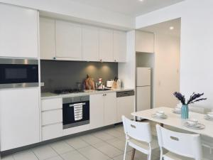 A kitchen or kitchenette at Spacious luxury one bedroom apartment