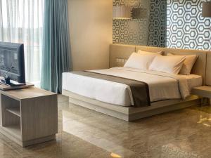 A bed or beds in a room at Hotel Daun Bali Seminyak