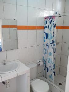 A bathroom at Paracas Backpackers House