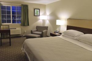 A bed or beds in a room at Hilltop Inn by Riversage
