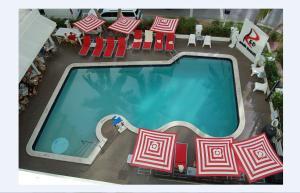 Uitzicht op het zwembad bij Red South Beach Hotel of in de buurt