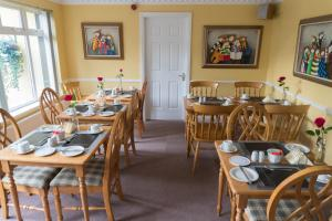 A restaurant or other place to eat at Carlow Guesthouse