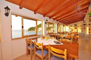 Reštaurácia alebo iné gastronomické zariadenie v ubytovaní Apartment Marina