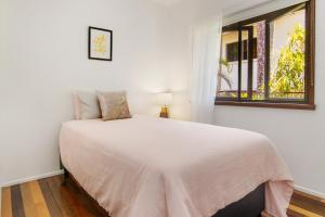 A bed or beds in a room at Queenslander at 4 Mile Beach Port Douglas
