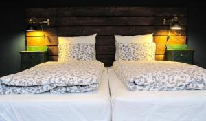 A bed or beds in a room at Hedonist Lodge