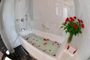 حمام في Lamaraz Arts Hôtel
