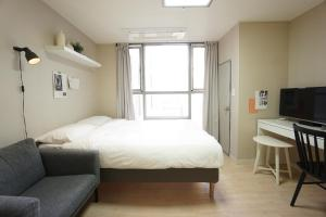 A bed or beds in a room at Alice Apartment